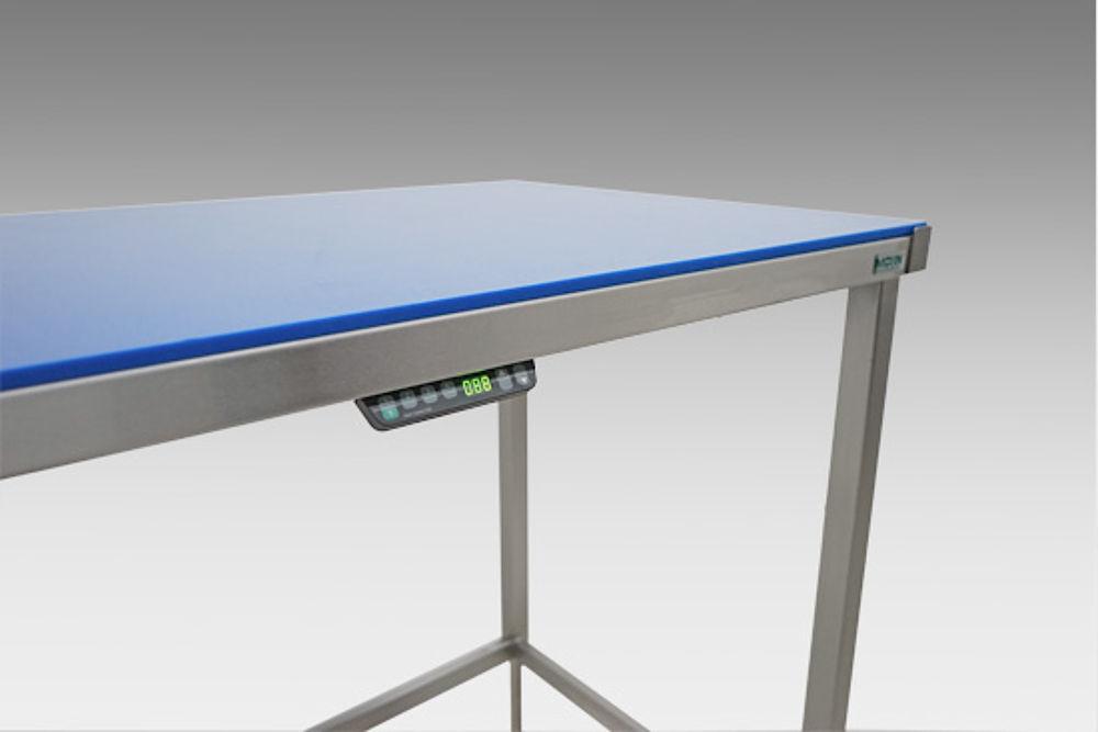 Arbeitstisch mit elektrischer Höhenverstellung