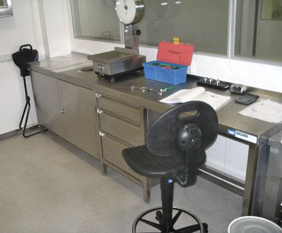 Schreibtisch mit Arbeitsschrankkombination